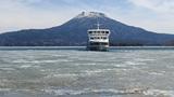 氷割って春を呼ぶ 阿寒湖で遊覧船が航路開き