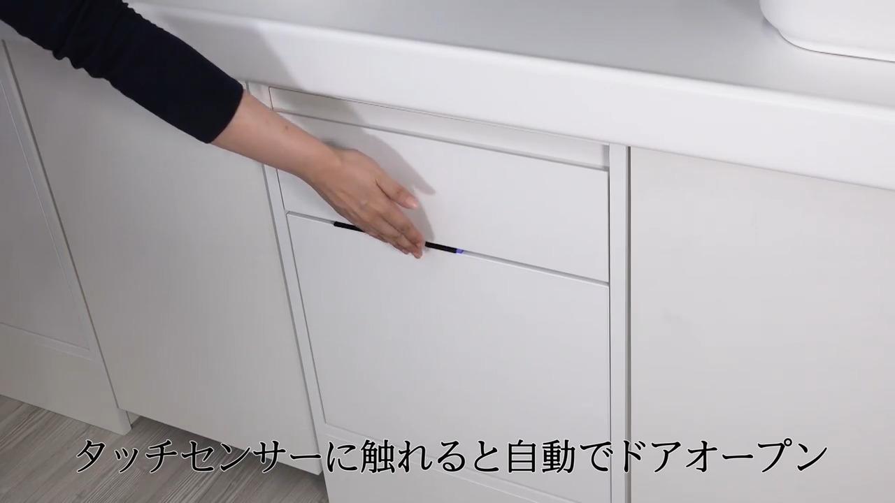 センサーに軽くタッチすると、自動でドアが開いてアシスト。ラクにドアを開閉できます。